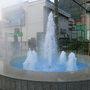 前日(立山からの帰り)、富山地鉄電車に乗って宇奈月温泉駅に到着。 駅を出るとまず目に付くのがコレ。  温泉噴水  温泉街に来たなぁと実感させてくれる。 けっこうな温度であった。