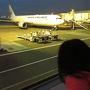 旅の始まりは羽田空港。  夜明けが遅い時期なので、外はまだ真っ暗。  子供は、いつもより早起きなのに、とっても元気で「飛行機だー」と大喜び。