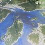 飛行機の中でも「ジュースください」と、子供は慣れたもんで、あっという間に広島空港に到着。  この後、バスと船を乗り継ぐのですが、広島空港にて三原行きバス発車まで待ちます。待合場所の地面に広島の地図写真がありました。  この後、左上部の三原から船で右下の因島方面へ行くのです。