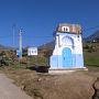 シャウエンはフェズから車で3、4時間、リフ山脈の中にある街。古くはスペインのアフリカ進出の拠点とされ、モロッコのスルタンがカスバ(城砦)を築いた土地ではあるのですが、今のモロッコでは地方の小さい町のひとつという感じ。それが近年、世界中の観光客が目指してやってくる、一大観光地となってしまったのです!  街の入口には目印?としてこんな看板ができていました。青いドアがシャウエンを象徴しているということなのかも。