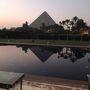 朝まだき 邸内の東に位置するレストランへ向かう途上、コンダクターから言われて   右の方を見やると「わぁ〜!」池に逆さピラミッドが映っているではありませんか。  嬉しくなりました。ふと暁のボロブドール遺跡をおもいだしました。