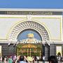 イスタナ・ネガラ 2011年完成の新王宮でマレーシア国王の公邸です。 白のアーチ型の門の両側には、馬に乗った衛兵と銃剣を持って立っている衛兵がいます。