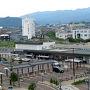 【2017年6月18日】 起床。昨日の疲労がまだ抜けていませんがもう眠ることはできません。部屋の窓から眺めると新発田駅がすぐ目の前です。早朝の駅前は静かです。  ホテルの朝食は2Fの「長江」という中華レストランです。ここは四川料理のレストランのようですが朝食は和食メインのブッフェです。レストランには結構大勢の人が来ていました。もちろん全員がホテルの宿泊客です。