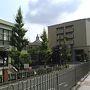 明けて朝、滋賀県庁の前を通りました。奥に小さく見える本館は国の登録有形文化財。