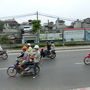 バスと並走するバイクの数が多いです。  確か4人乗りまでは認められていて、一家で1台のバイクの乗って出かけたり、日本では信じがたい光景が普通に見られます。