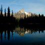 朝の湖は、静かです。。    湖面に映す山の風景は、早起きした人への                  ご褒美ですかね・・・             Lake O'Hara