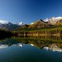 今日も 朝から快晴・・・  行く方向は、なんとなく 決めていた。。。      北上あるのみ・・・・          だけど、確かな 場所は 決めていない。。。。  とりあえず、アクセルを 一気に 踏み込んで、走り出す。。。       前を走る 観光バスが、停止シグナルを 出して 止まろうとする。。。  それを 追い越しぎわに、ふと見ると    綺麗な湖に、映し出す 山の リフレクション !!!  こいつは、撮らないと・・・・       運よく 対向車が 来ないので、急Uターン。