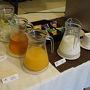 ●朝食@ムーンガーデンアートホテル  レモン水にアップルジュース、オレンジジュースにヨーグルト。