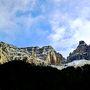 険しい岩山を見ながら