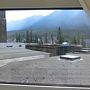 2日目   今日は一日バンフ市内観光フリータイムです。  昨夜 暗くなってホテルにチェクインしたのでホテルの周囲がわかりませんでした。  部屋の窓を開けてみると部屋からの景色がよくありません。  ロビーの屋上が目の前です。  遠くにゴンドラのサルファー山が見えます。