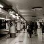 ホームの天井がとっても低い、JR横須賀線新橋駅です。 銀座8丁目方面(汐留に近いほう)に行くなら便利なんです。