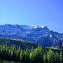 冬は雪で道が閉鎖されるため、この湖に行けるのは6月から9月までだそうです。