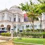 タクシーでシンガポール国立博物館へ ここは、出入口が沢山あって、TICKET売り場を探しました 60才以上の人は、S$10 になりましたヽ(^。^)ノ