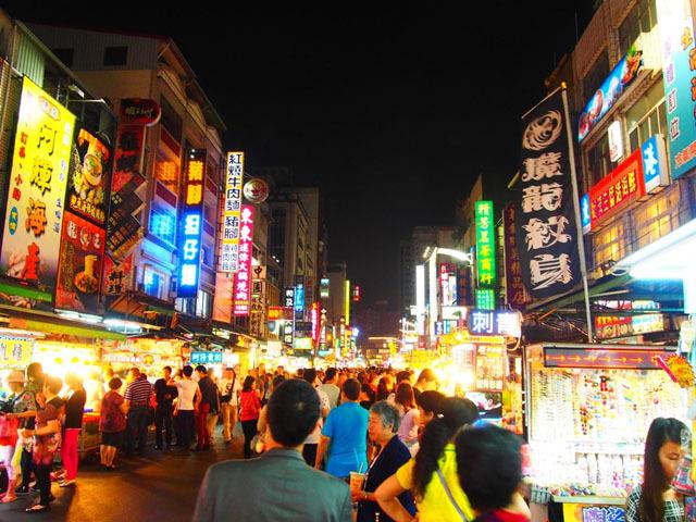 台湾の熱気を感じる夜市! ディープな雰囲気や、うまいB級グルメを楽しもう!